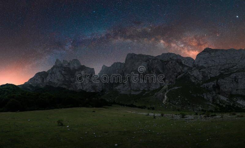 Cosmos dans les montagnes images libres de droits