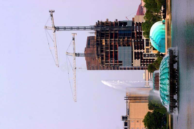Cosntruction urbano com guindastes foto de stock royalty free