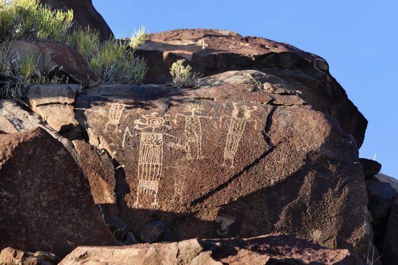Coso范围刻在岩石上的文字 库存照片
