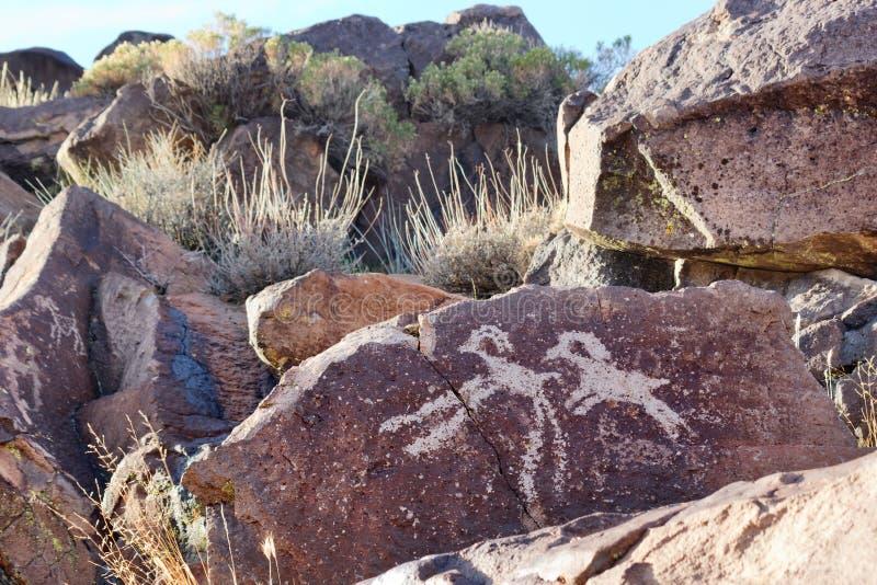 Coso范围刻在岩石上的文字 图库摄影