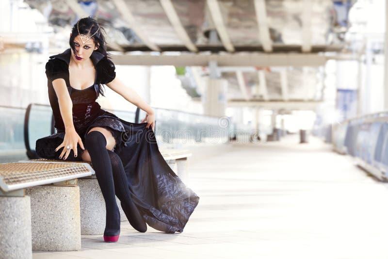 Cosplay Maria tifoidea, mujer con el traje negro fotos de archivo