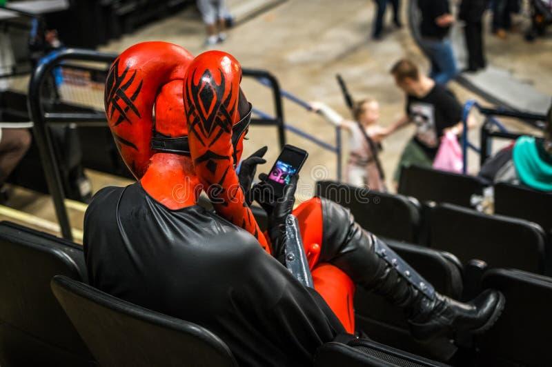 Cosplayer穿戴了作为' Darth Talon'从星际大战系列 库存照片