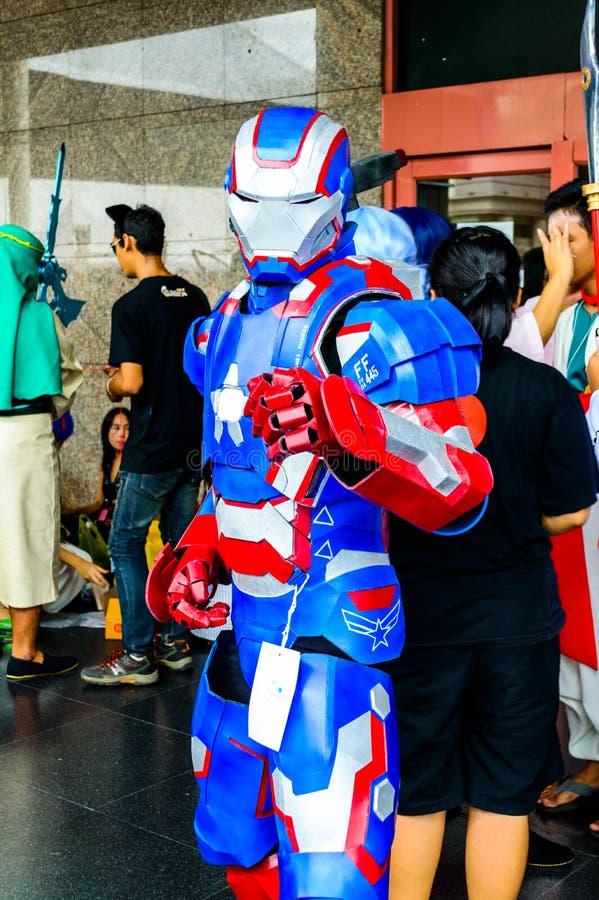 Cosplayer comme caractères repassent l'homme des bandes dessinées de merveille. photographie stock libre de droits