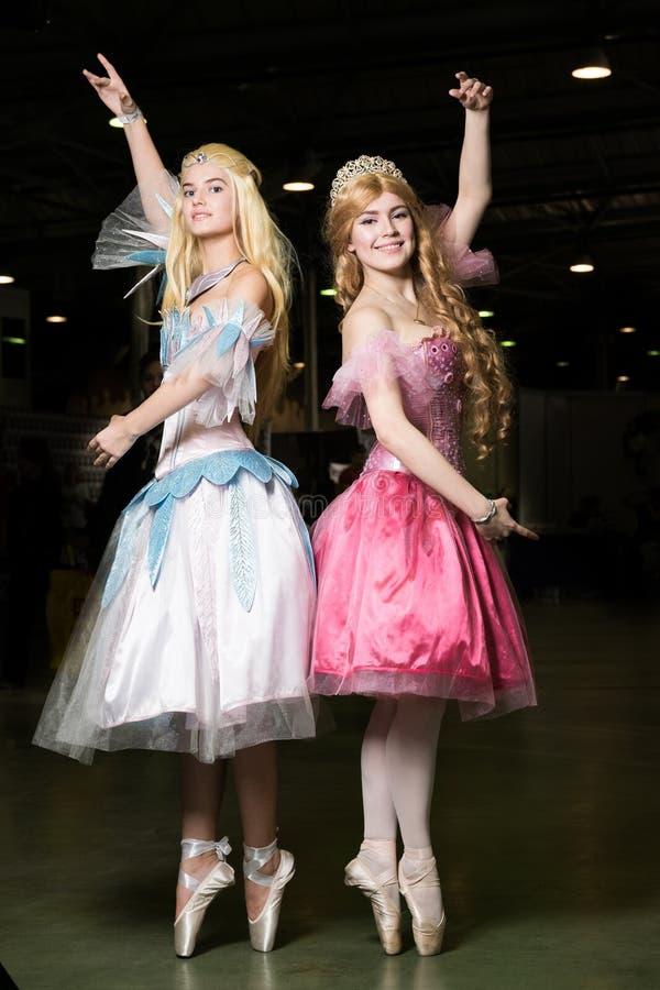 Cosplayer de deux jeunes femmes portant de beaux dres photos libres de droits