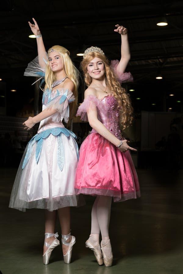 Cosplayer de deux jeunes femmes portant de beaux dres photographie stock