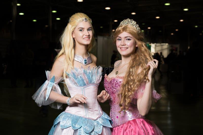 Cosplayer de deux jeunes femmes portant de beaux dres image stock