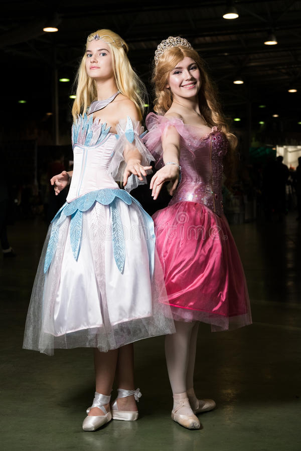 Cosplayer de deux jeunes femmes portant de beaux dres photo stock
