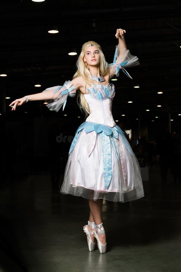 Cosplayer de jeune femme portant la belle robe photographie stock libre de droits