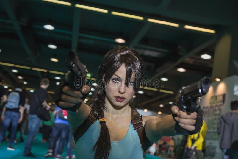 Cosplayer de Lara Croft que presenta en la semana 2014 de los juegos en Milán, Italia fotografía de archivo libre de regalías