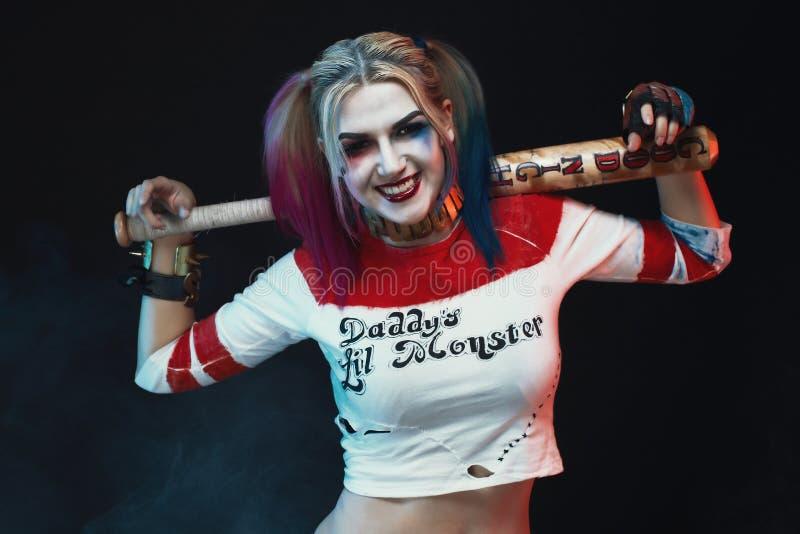 Cosplayer dziewczyna w z Harley Quinn kostiumem halloween uzupełniał obraz stock