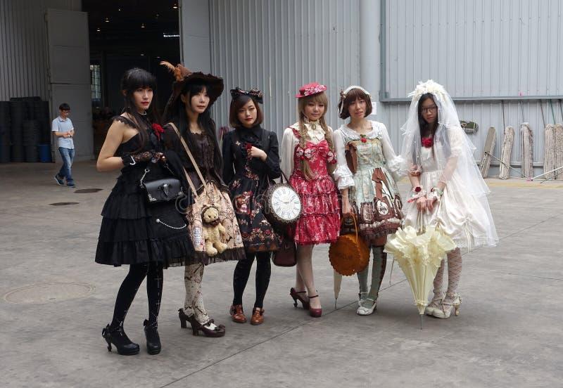 Cosplayer gótico del lolita en el festival de los tebeos imagenes de archivo