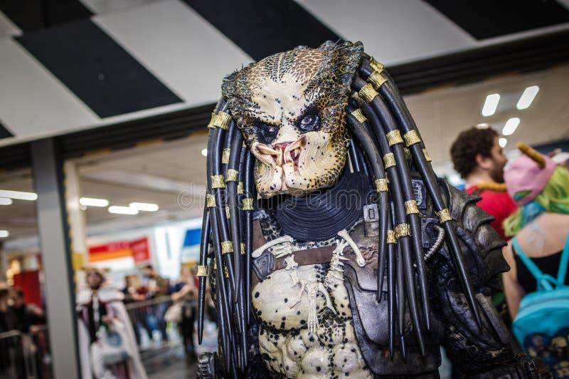 Cosplayer klädde som rovdjur arkivbild