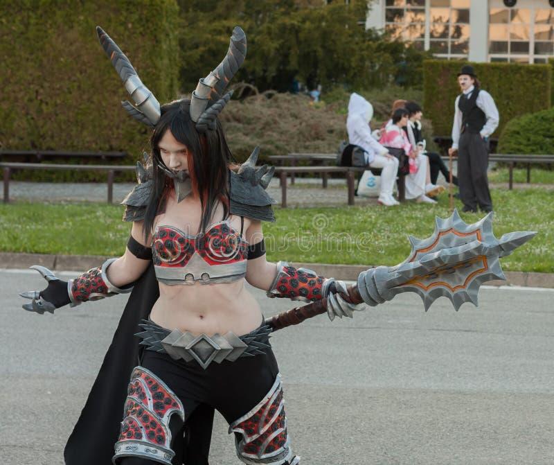Cosplayer klädde som teckendamen Deathwing fotografering för bildbyråer