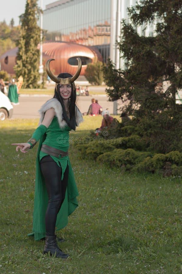 Cosplayer klädde som teckendamen Loki från hämnarna arkivbilder