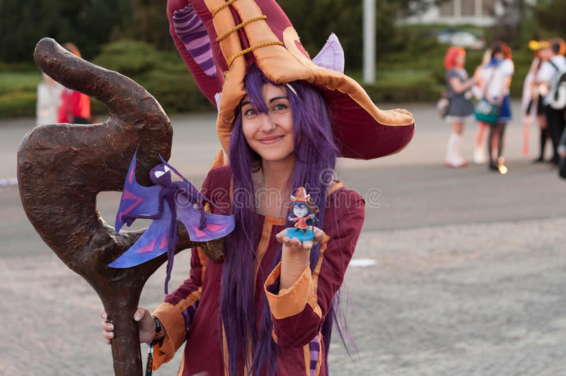 Cosplayer klädde som teckenet Lulu från den modiga ligan av legender arkivbilder