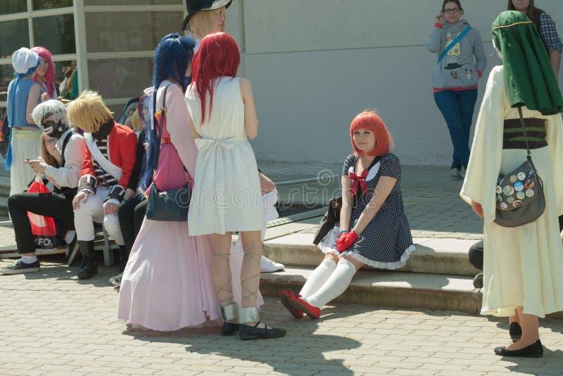 Cosplayer klädde som teckenet Nanami Haruka mellan andra cosplayers royaltyfria foton
