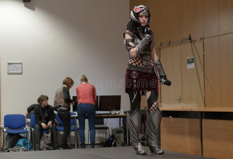 Cosplayer klädde som teckenhuvudjägaren Caitlyn royaltyfri bild