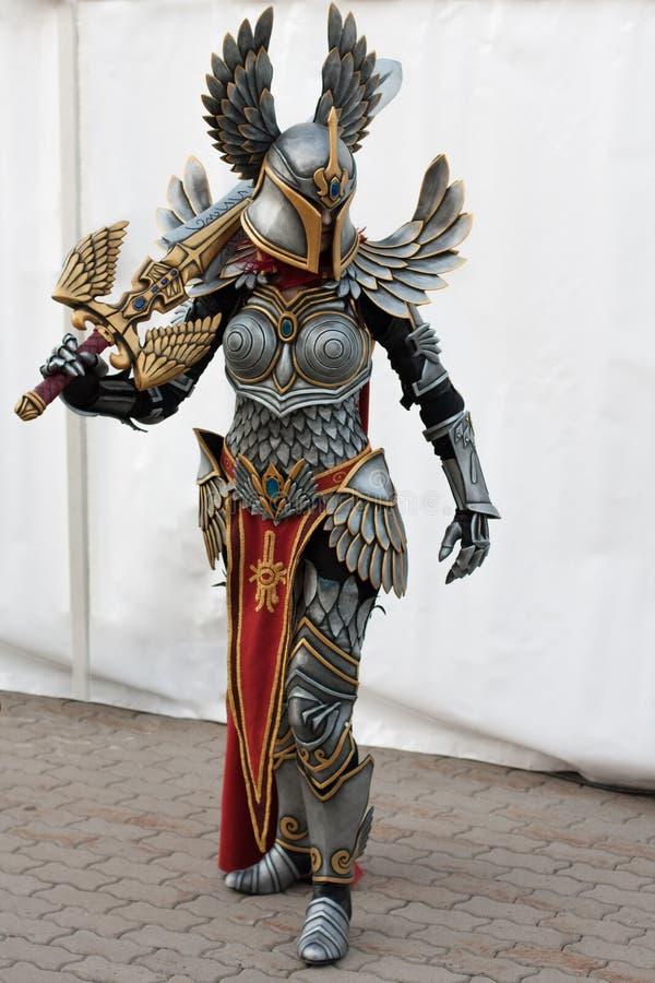 Cosplayer klädde, som teckentillflyktsortpaladin från leken kunde, magiska hjältar 7 arkivbilder