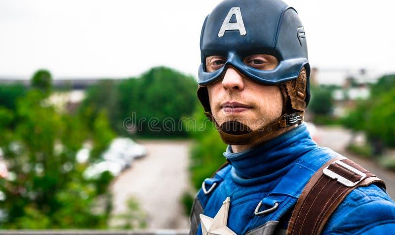 Cosplayer kleidete als ' an; Kapitän Amerika ' vom Wunder stockfoto