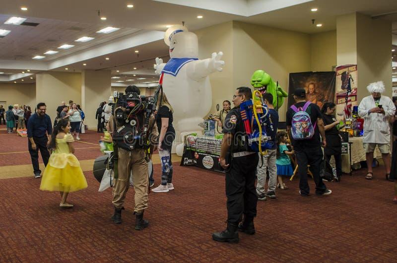 Cosplayer pose et se produit à la Comic Expo images libres de droits