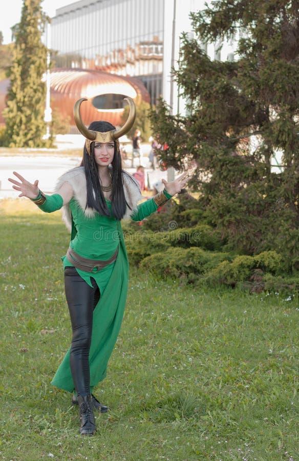 Cosplayer se vistió como la señora Loki del carácter de los vengadores foto de archivo libre de regalías