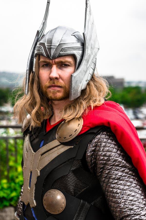 Cosplayer vestiu-se como ' Thor' da maravilha imagem de stock royalty free