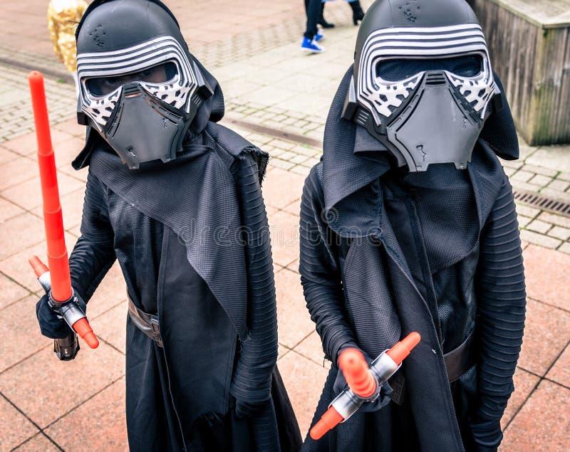 Cosplayers одело по мере того как ` Kylo Ren ` от ` сила будит ` стоковое изображение
