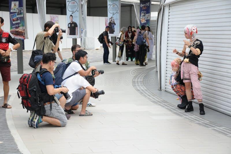 Cosplayers представляя для фото принимая любительскими фотографами hobbyist стоковое фото rf