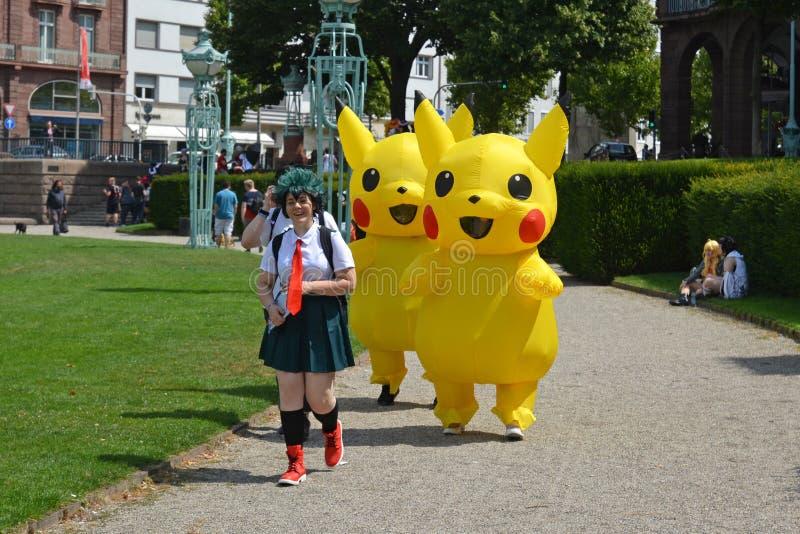 Cosplayers de Pokemon en el parque público llamado 'Friedrichsplatz en Mannheim durante el convenio anual del animado fotografía de archivo