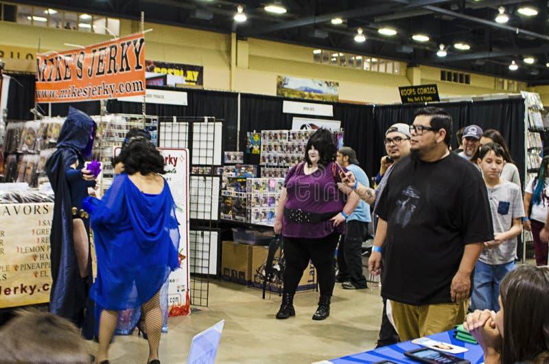 Cosplayers and fans på Comic Expo royaltyfri foto