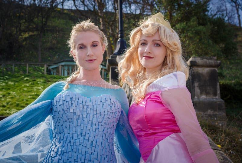 Cosplayers femelles comme princesses de Disney photographie stock