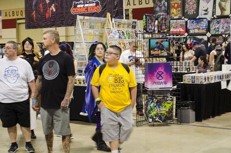 Cosplayers, fläktar, säljare och besökare på Comic Expo royaltyfria bilder