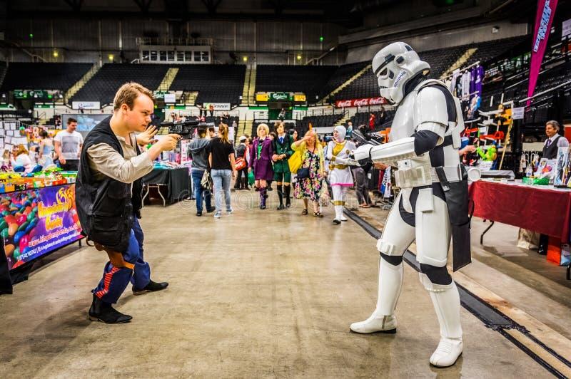 Cosplayers kleedde zich als ` stormtrooper ` en ` Han Solo ` stock foto's