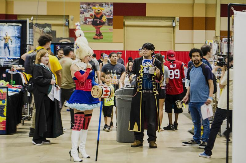 Cosplayers som ställer ut och presterar för fläktar och fotografer på Comic Expo royaltyfri bild
