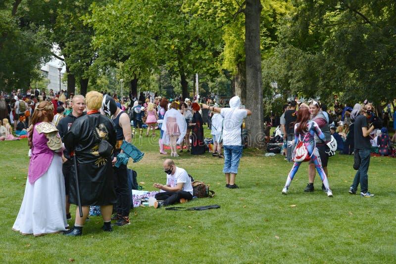 Cosplayers-Versammlung am allgemeinen Park genannt 'Friedrichsplatzs in Mannheim während der jährlichen Animevereinbarung lizenzfreie stockbilder