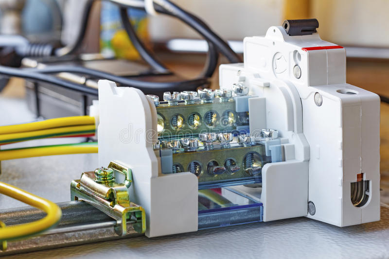 Cosse avec le disjoncteur automatique installé sur un Vacarme-rail photographie stock