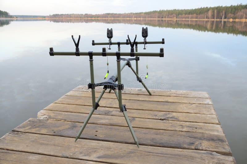 Cosse de Rod avec les alarmes électroniques de morsure sur le pilier par le lac images libres de droits