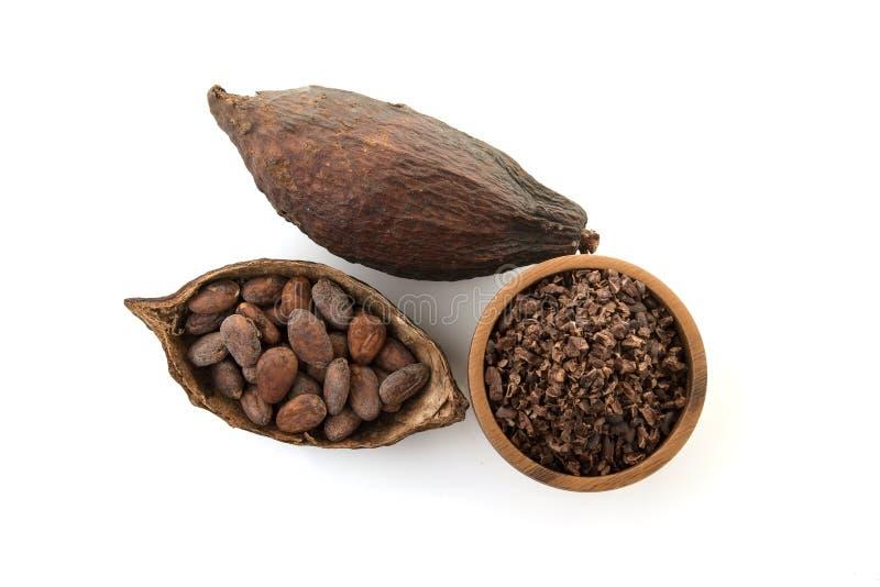 Cosses de cacao et graines de cacao et poudre de cacao avec des feuilles d'isolement sur le fond blanc photo libre de droits