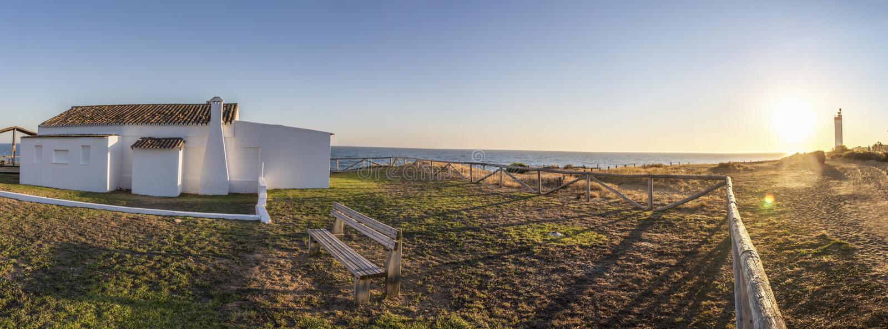 Cossta de la Luz海滨的,末多传统被粉刷的房子 库存照片