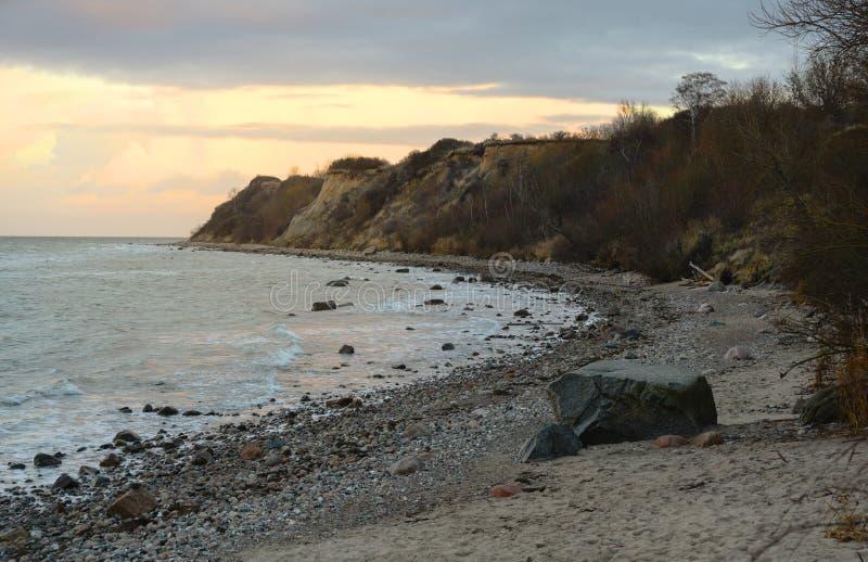 Costa íngreme com praia, pedras e ondas no mar Báltico em Pomerania Mecklenburg-ocidental, Alemanha, espaço da cópia foto de stock royalty free