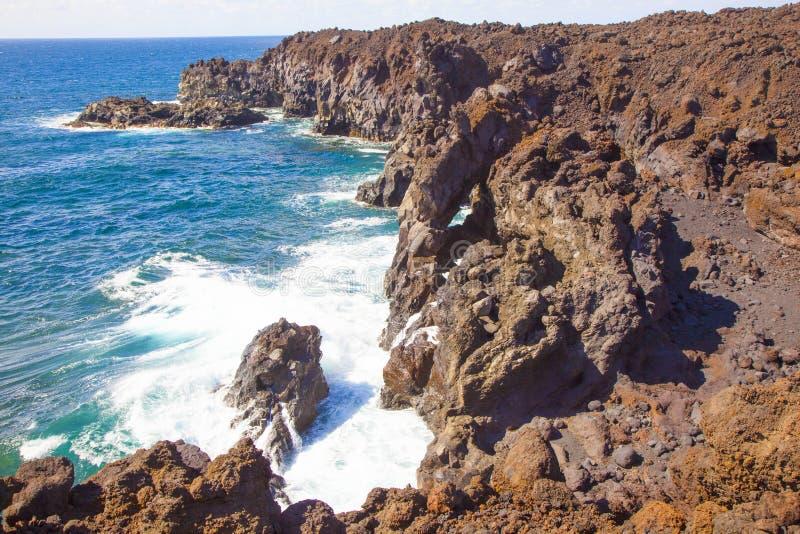 Costa íngreme perto de Los Hervideros em Lanzarote, Ilhas Canárias, Espanha imagens de stock royalty free