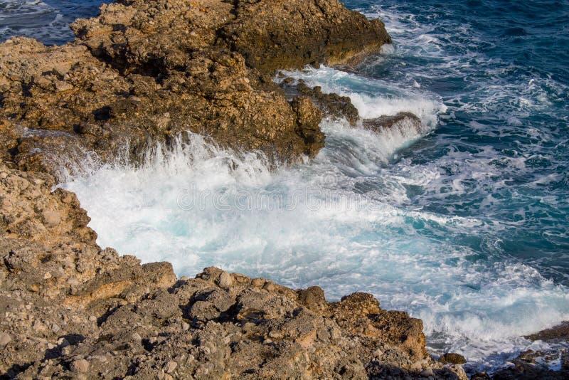 Costa íngreme rochosa bonita e ondas grandes imagem de stock royalty free