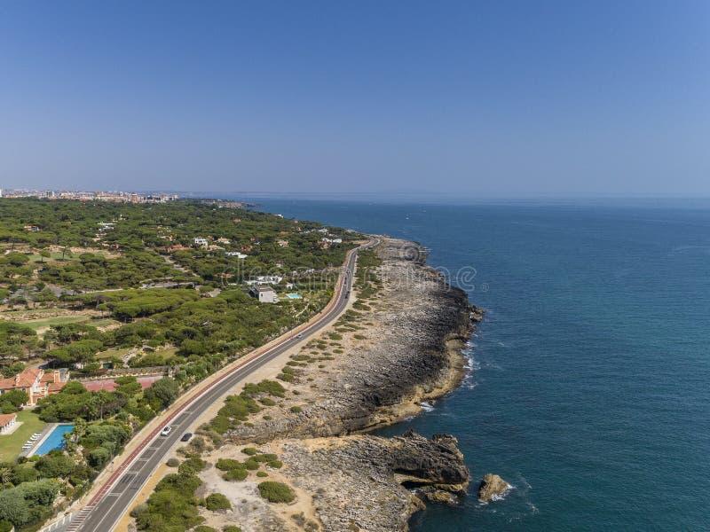 Costa costa aérea del paisaje marino cerca de Cascais, Portugal imágenes de archivo libres de regalías