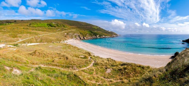 Costa atlántica de la belleza con el acantilado, la playa, el océano y el cielo con clou imágenes de archivo libres de regalías