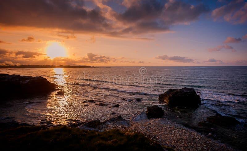Costa atlántica de la belleza con el acantilado, la playa, el océano y el cielo con las nubes imagenes de archivo