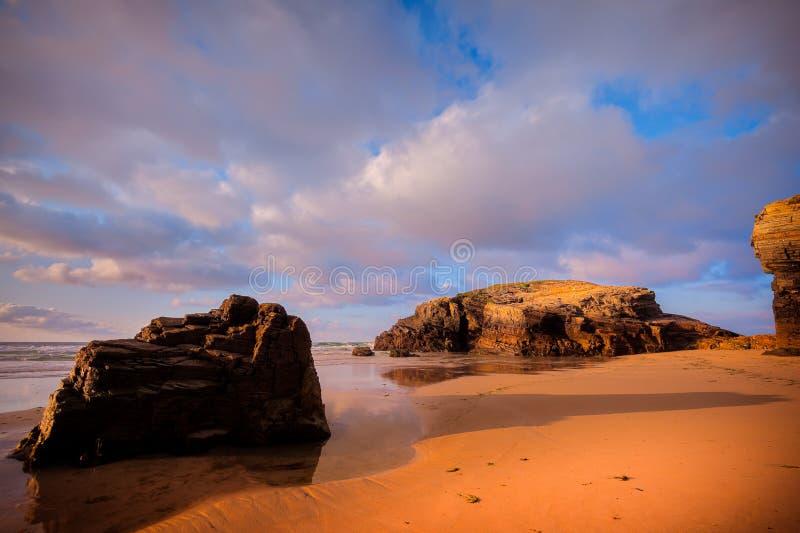 Costa atlántica de la belleza con el acantilado, la playa, el océano y el cielo con las nubes imagen de archivo
