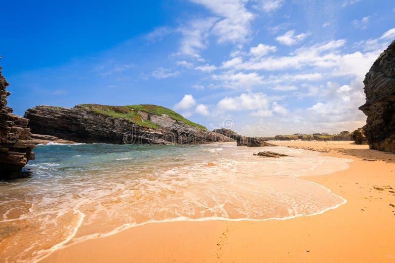 Costa atlántica de la belleza con el acantilado, la playa, el océano y el cielo con las nubes fotos de archivo