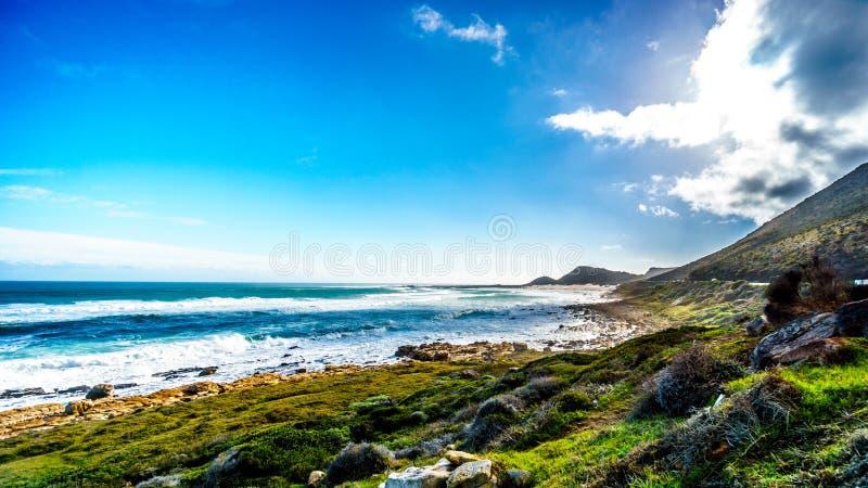A costa atlântica ao longo da estrada ao pico do ` s de Chapman no farol de Slangkop imagens de stock royalty free
