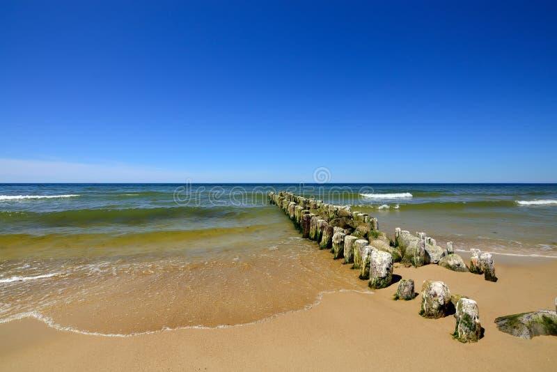 Costa Báltico e o quebra-mar velho imagem de stock