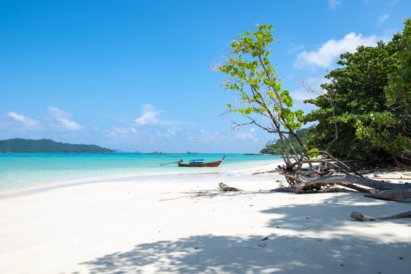 Costa blanca de la arena y barco de madera del longtail en el mar de andaman foto de archivo